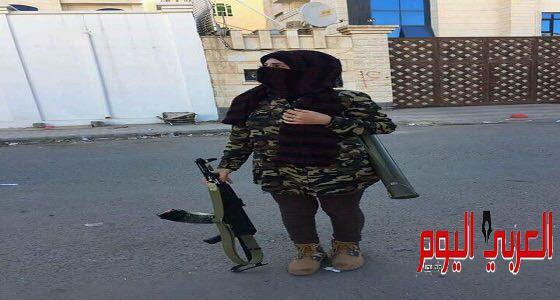يمنية تواجه الحوثيين برشاش في صنعاء